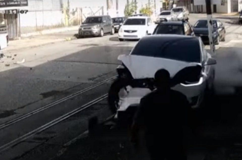 «Δαιμονισμένο» Tesla τα κάνει σμπαράλια και κυνηγά ανθρώπους και αυτοκίνητα