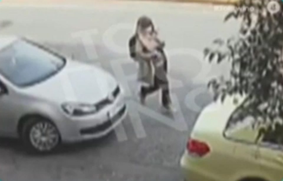Επίθεση με βιτριόλι: Βίντεο ντοκουμέντο δείχνει καρέ-καρέ τις κινήσεις της 35χρονης μετά την επίθεση με το οξύ