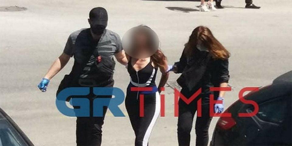 Η… εμφάνιση που σχολιάστηκε - Έτσι πήγε στο δικαστήριο η «παρουσιάστρια» που επιτέθηκε στον Χαρδαλιά