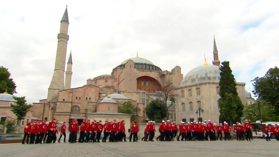 Τον χαβά του ο Ερντογάν: Έστησε σόου για την επέτειο του πραξικοπήματος μπροστά από την Αγία Σοφία