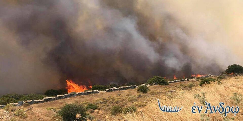 Μάχη με τις φλόγες στην Άνδρο: Σε ετοιμότητα οι Αρχές για εκκένωση οικισμού - Ενισχύονται οι δυνάμεις κατάσβεσης