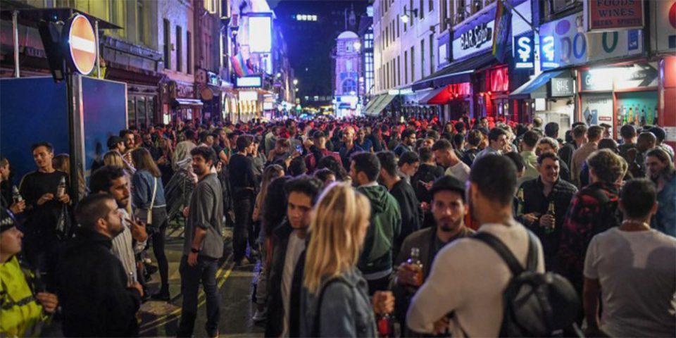«Σούπερ Σάββατο»: «Ξεσάλωσαν» οι Βρετανοί - Κυκλοφορούσαν γυμνοί και μεθυσμένοι την πρώτη νύχτα άρσης των μέτρων