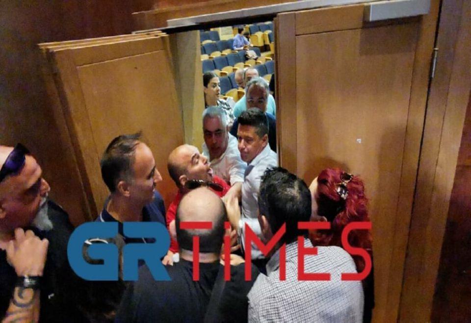 Ένταση στο δημοτικό συμβούλιο Καλαμαριάς - Πιάστηκαν στα χέρια