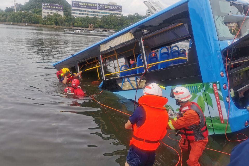 Τραγωδία στην Κίνα: 21 μαθητές νεκροί εξαιτίας πτώσης λεωφορείου σε τεχνητή λίμνη