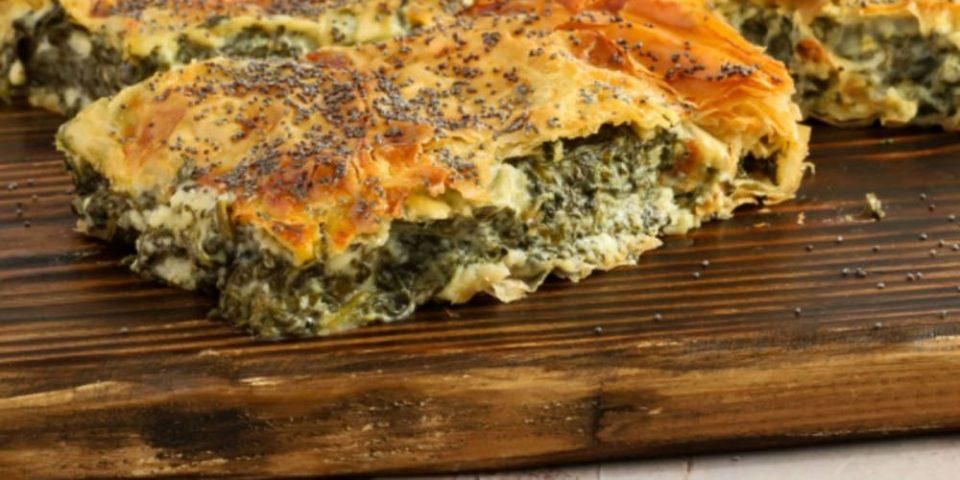 Λαχταριστή καλοκαιρινή συνταγή: Κρεμώδης σπανακόπιτα με αυγό και θρυμματισμένα τυριά