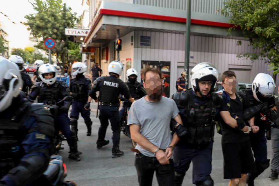 Ελεύθεροι οι συλληφθέντες για τα επεισόδια στην ΑΣΟΕΕ με όρο να μην... ξαναπάνε Εξάρχεια