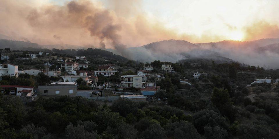Πύρινη κόλαση στις Κεχριές Κορινθίας - Ολονύχτια μάχη των πυροσβεστών