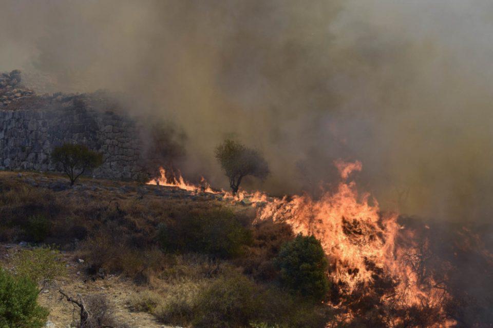 Σε εξέλιξη μεγάλη πυρκαγιά στη Νεμέα - Ισχυρές δυνάμεις στο σημείο
