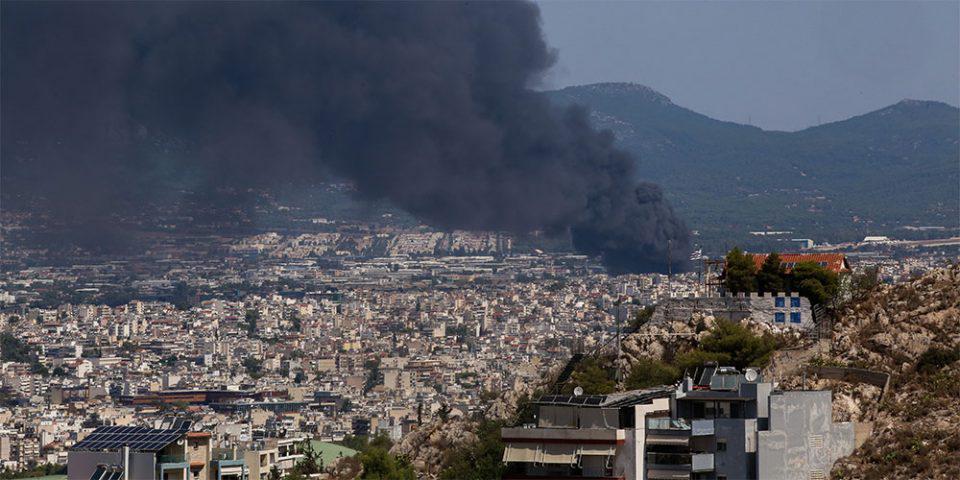 Φωτιά στη Μεταμόρφωση: Βίντεο από τη διασπορά του τοξικού καπνού στον αττικό ουρανό