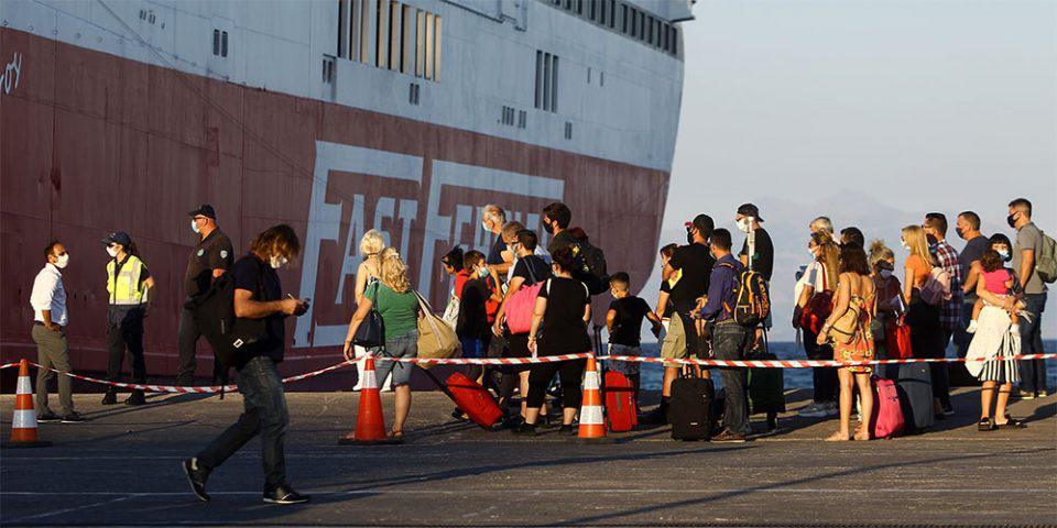 Κορωνοϊός: Συναγερμός για την επιστροφή των ταξιδιωτών - Δειγματοληπτικοί έλεγχοι στα λιμάνια Πειραιά και Ραφήνας