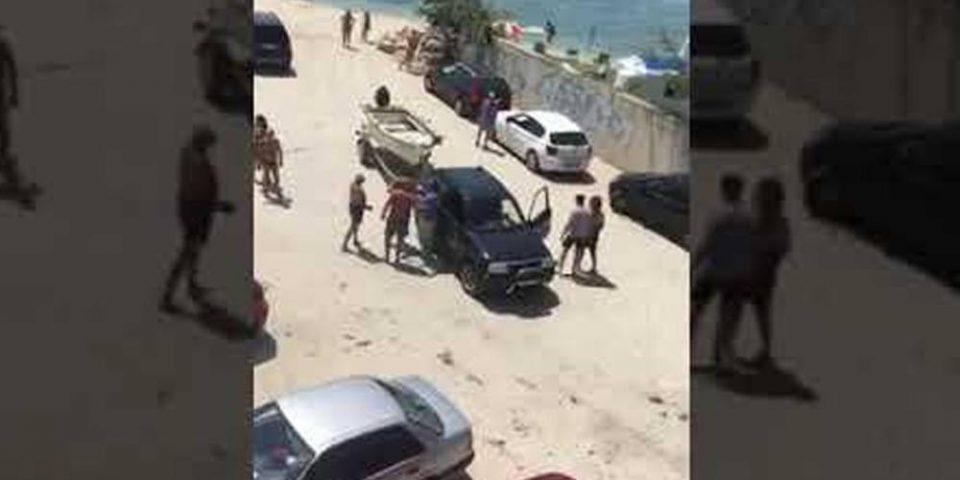 Απίστευτες εικόνες σε παραλία της Χαλκιδικής: Πιάστηκαν στα χέρια για μια βάρκα