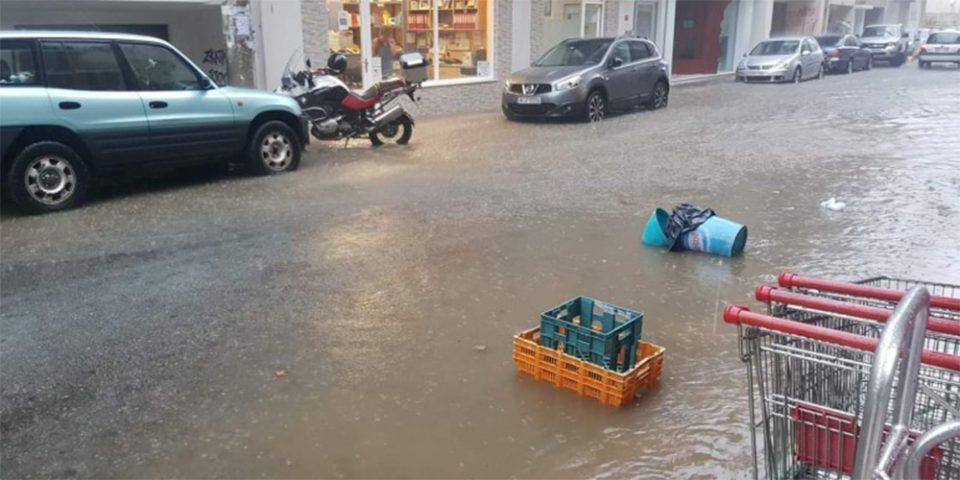 Προβλήματα σε Ναύπακτο, Αγρίνιο και Κέρκυρα από το κύμα κακοκαιρίας - «Ποτάμια» οι δρόμοι, έπεσαν δέντρα