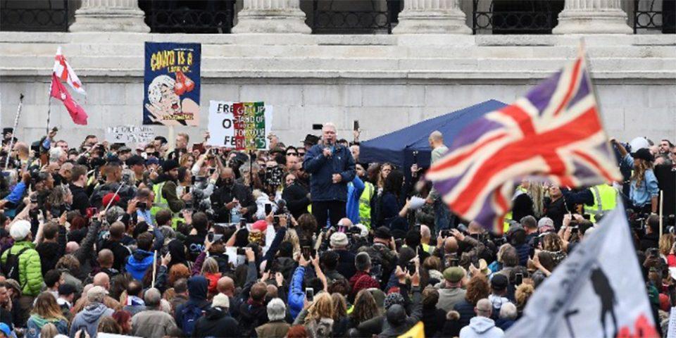 Στους δρόμους οι Βρετανοί για τα νέα περιοριστικά μέτρα - Δέκα συλλήψεις και τέσσερις τραυματίες