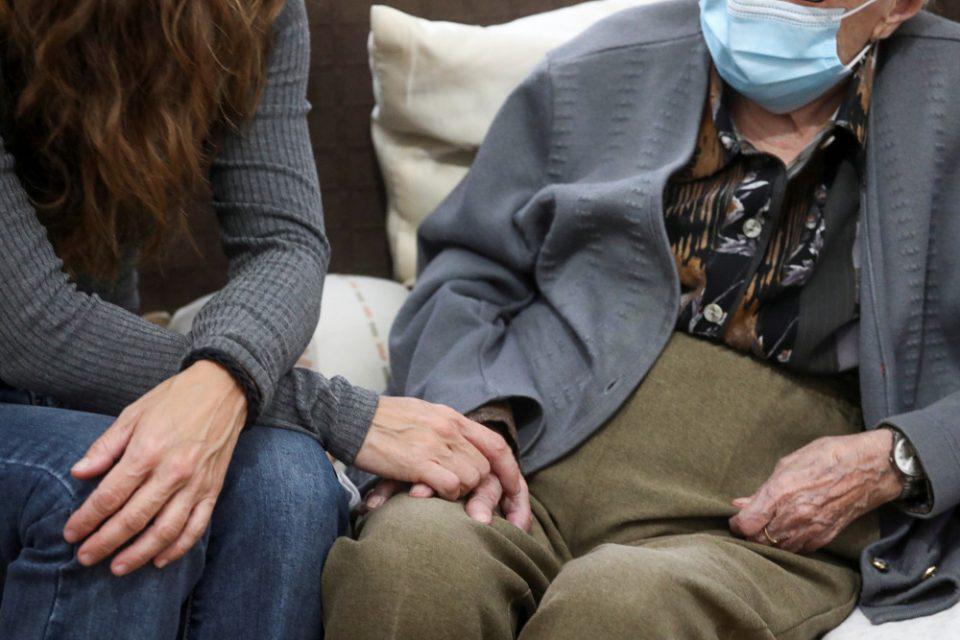 Κορωνοϊός: Συναγερμός στη Νίκαια για κρούσματα σε γηροκομείο