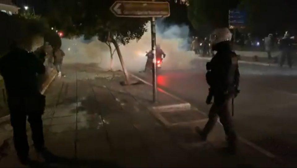Κορωνοϊός - Θεσσαλονίκη: Επεισόδια με χημικά μεταξύ διαδηλωτών κατά του lockdown και αστυνομικών