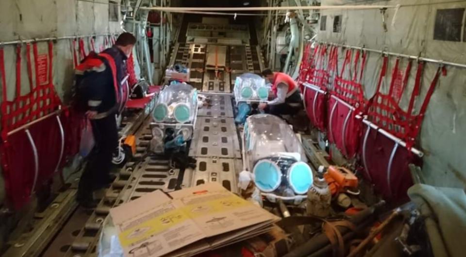 Κορωνοϊός: Έτσι γίνονται οι αεροδιακομιδές - Δείτε εικόνες από το C-130 που μεταφέρει ασθενείς