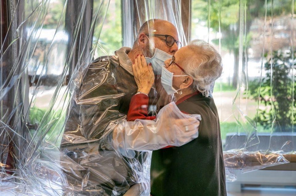 Κορωνοϊός - Συγκλονιστικές εικόνες: Γηροκομείο στην Ιταλία έφτιαξε δωμάτιο... αγκαλιάς