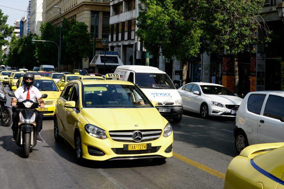 Κορωνοϊός - Lockdown: Πόσοι επιβάτες επιτρέπονται σε ΙΧ και ταξί