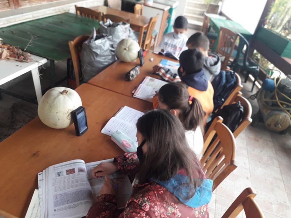Δεκαπέντε λάπτοπ στέλνει στους μαθητές που έκαναν μάθημα σε καφενείο στην Ηλεία- Το παρασκήνιο πίσω από την εικόνα ντροπής