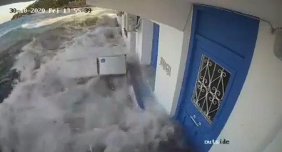 Σεισμός - Σάμος: Βίντεο ντοκουμέντο με το τσουνάμι που χτυπάει το νησί