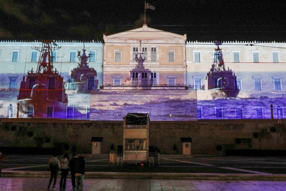 Η Βουλή τιμά τις ελληνικές Ένοπλες Δυνάμεις - «Ζωντάνεψε» η πρόσοψη της