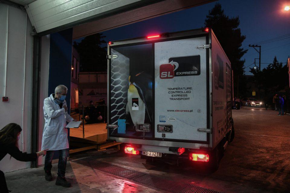 Κορωνοϊός: Έφθασε στην Αθήνα το φορτηγό με τα εμβόλια - Από αύριο οι εμβολιασμοί
