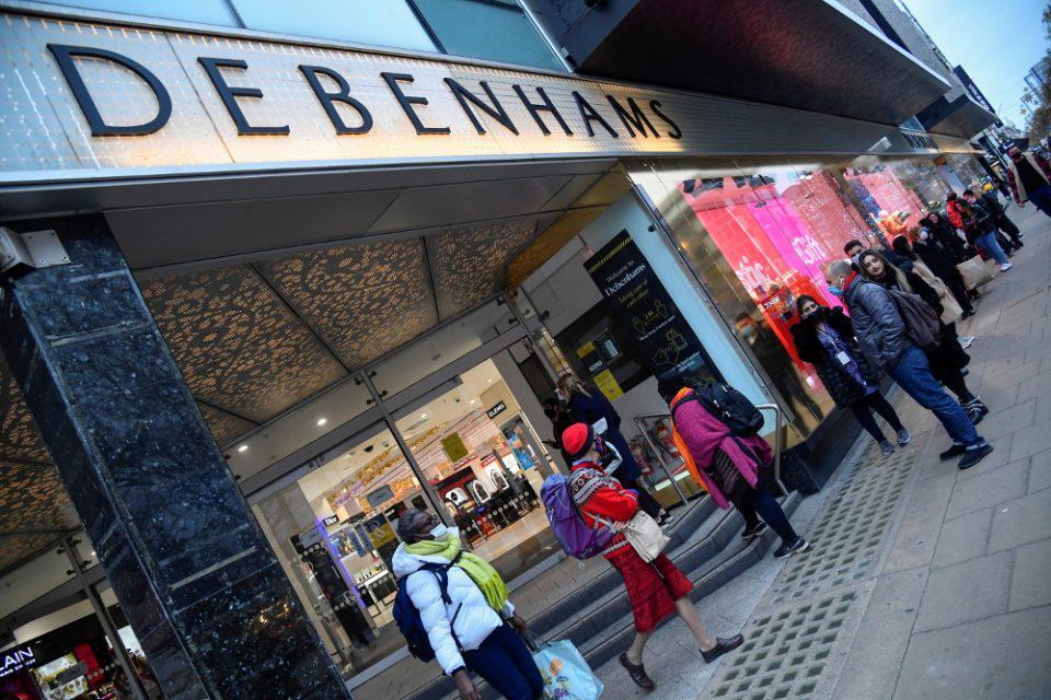 Κορωνοϊός - Βρετανία: Ξεχύθηκαν στα καταστήματα οι Βρετανοί μετά την άρση του lockdown - Ουρές χιλιομέτρων