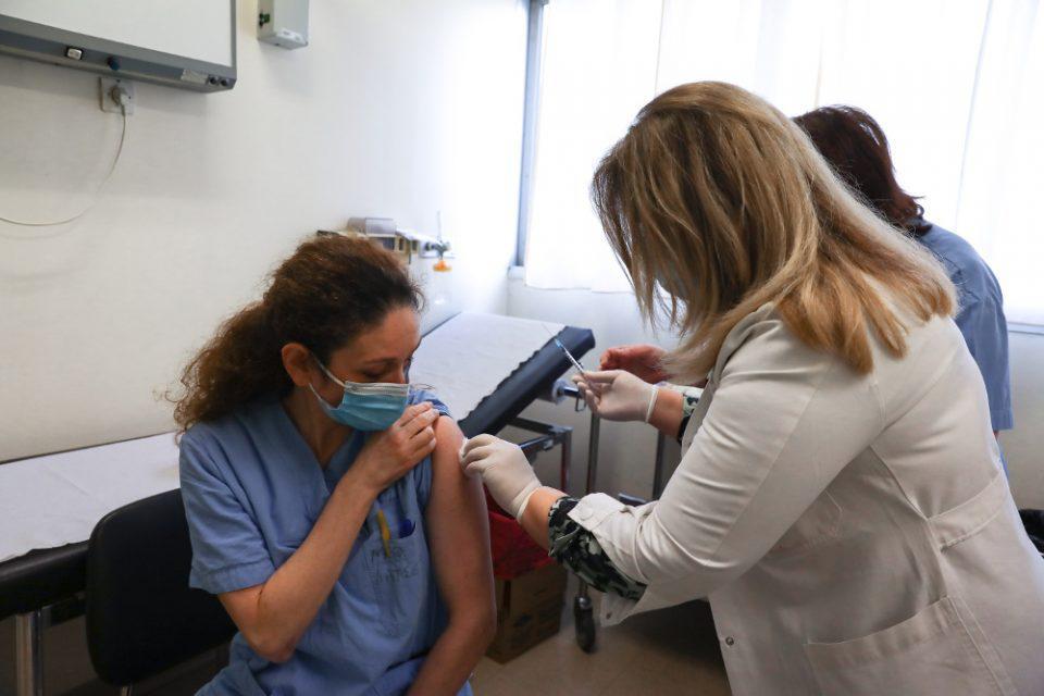 ΕΚΠΑ: Σπάνιες οι αλλεργικές αντιδράσεις στο εμβόλιο έναντι του κορωνοϊού