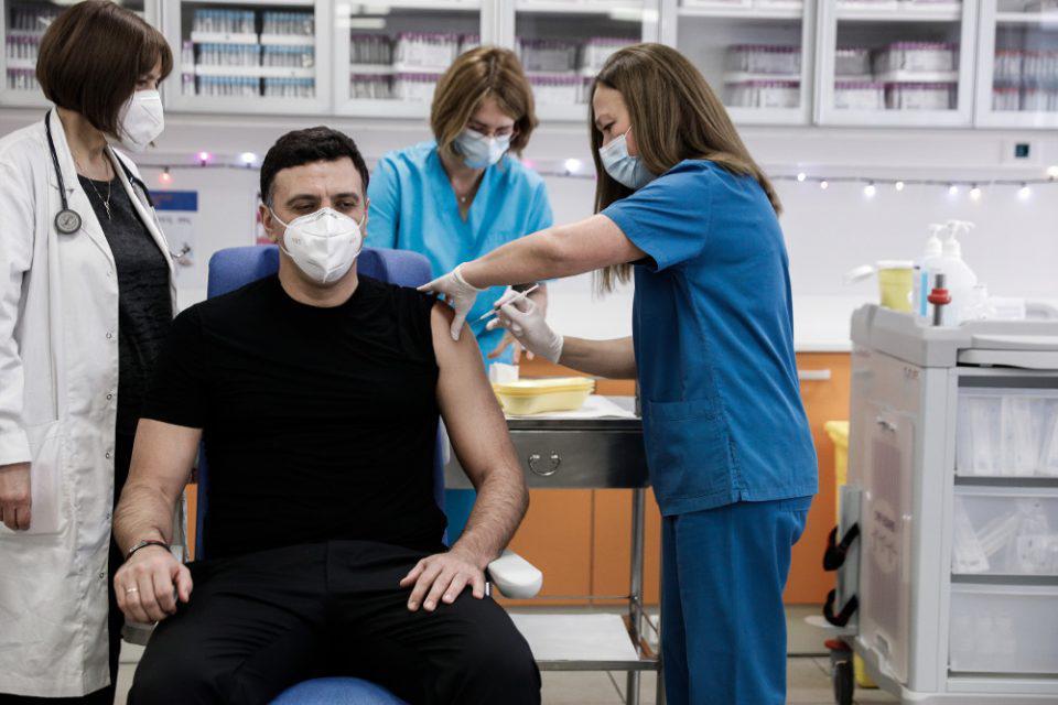 Κορωνοϊός: Εμβολιάστηκε ο υπουργός Υγείας Βασίλης Κικίλιας