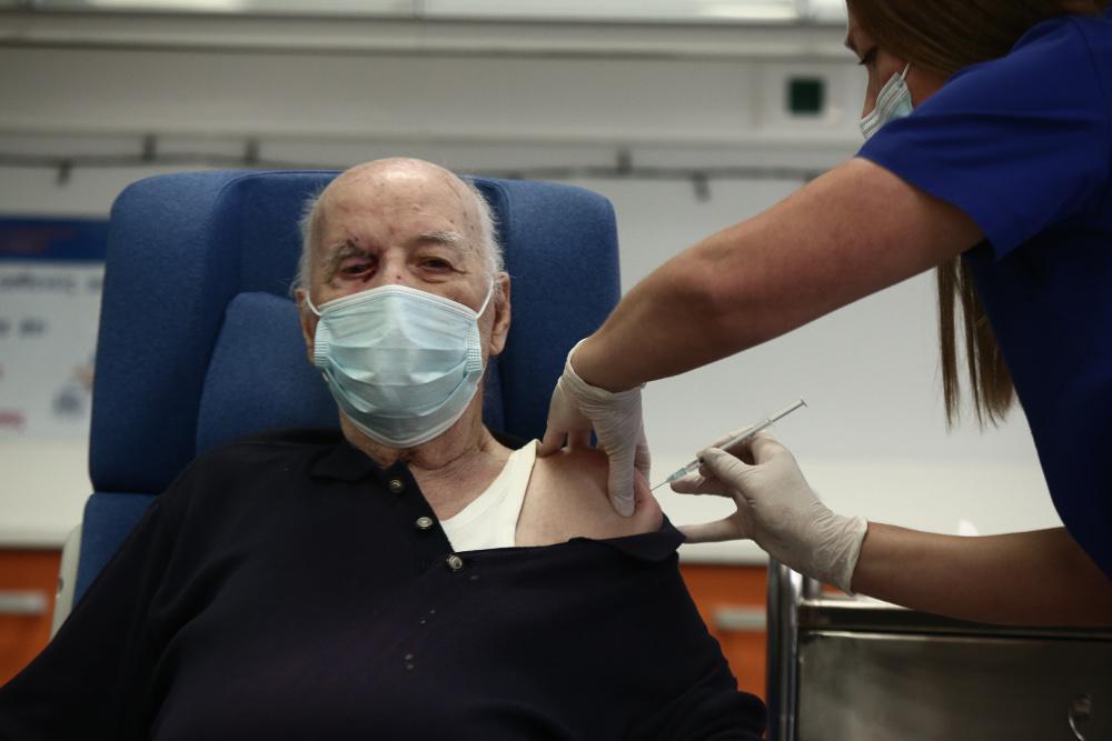 Κορωνοϊός: Εμβολιάστηκε ο πρώτος ηλικιωμένος στην Ελλάδα [εικόνες]