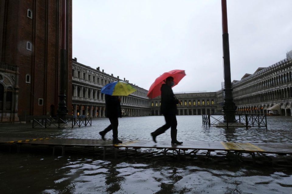 «Βουλιάζει» η Βενετία: Πλημμύρισε και πάλι η πλατεία του Αγ. Μάρκου