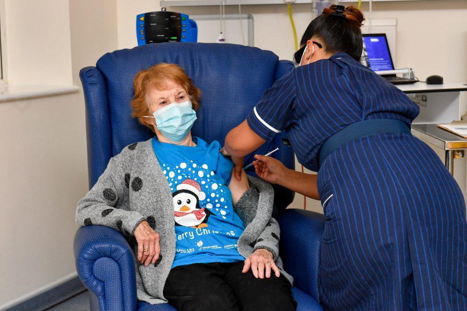 Κορωνοϊός - Ιστορική στιγμή στην Βρετανία: Μία 90χρονη η πρώτη στον κόσμο που έκανε το εμβόλιο