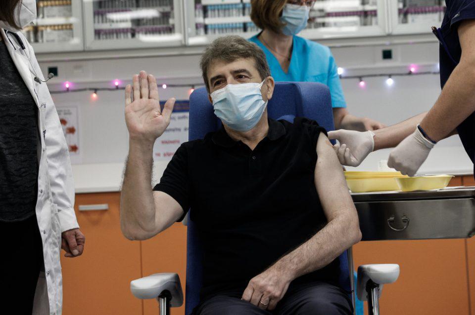 Κορωνοϊός: Εμβολιάστηκε στον «Ευαγγελισμό» ο Μιχάλης Χρυσοχοΐδης