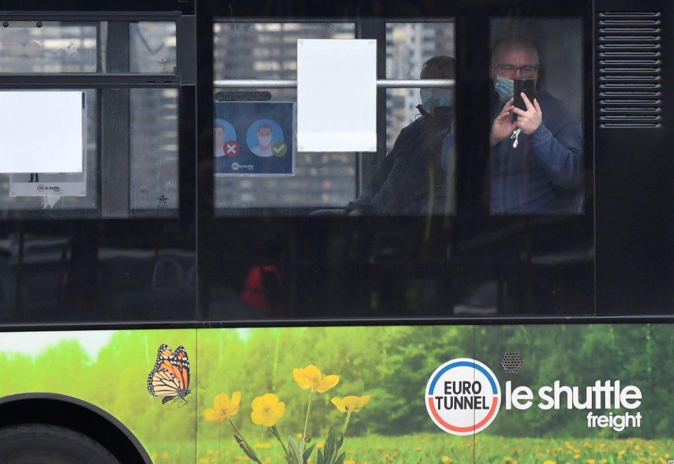 Γαλλία: Η Ακαδημία Ιατρικής συνιστά στους πολίτες να μην μιλάνε μέσα στα μέσα μαζικής μεταφοράς