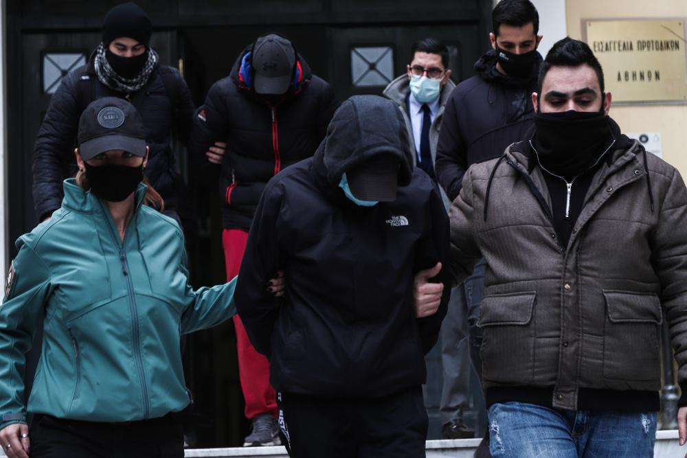 Ξυλοδαρμός σταθμάρχη: Υπό κράτηση, οι δύο ανήλικοι κατηγορούμενοι για την επίθεση - Ελεύθερος ο αστυνομικός