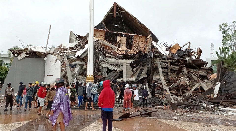 Ινδονησία: Τουλάχιστον 42 νεκροί, εκατοντάδες τραυματίες από τον σεισμό των 6,2 βαθμών