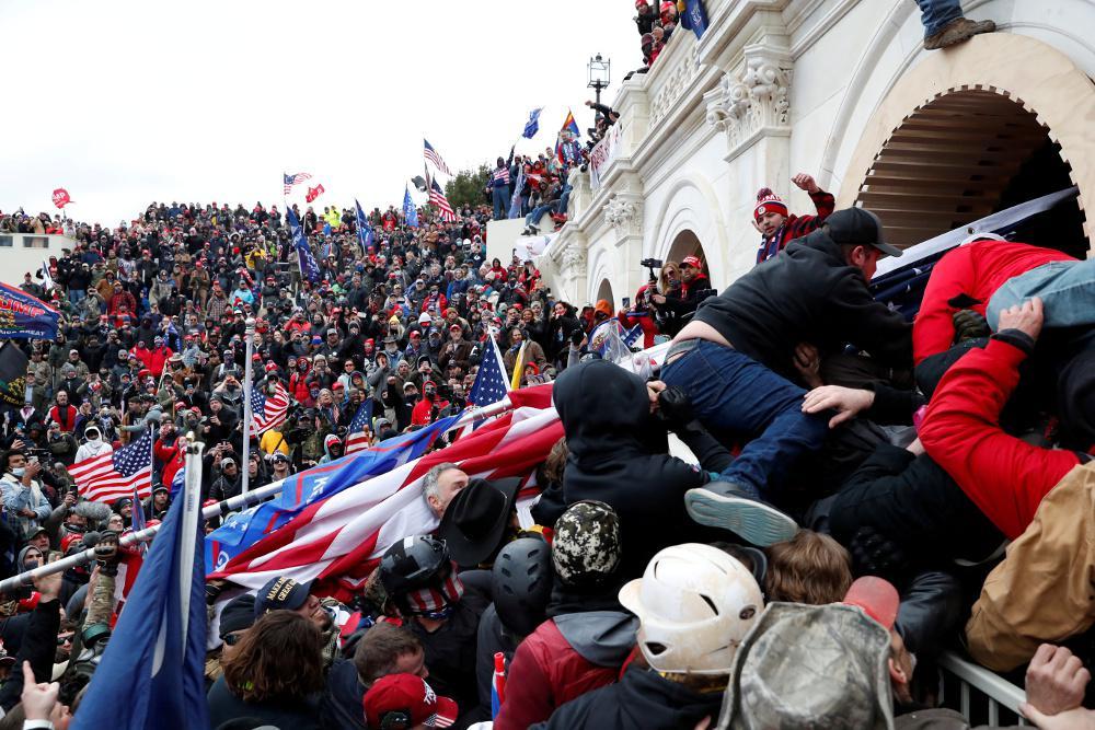Καπιτώλιο: Αξιωματούχοι του Λευκού Οίκου υποβάλλουν τις παραιτήσεις τους μετά τα βίαια επεισόδια