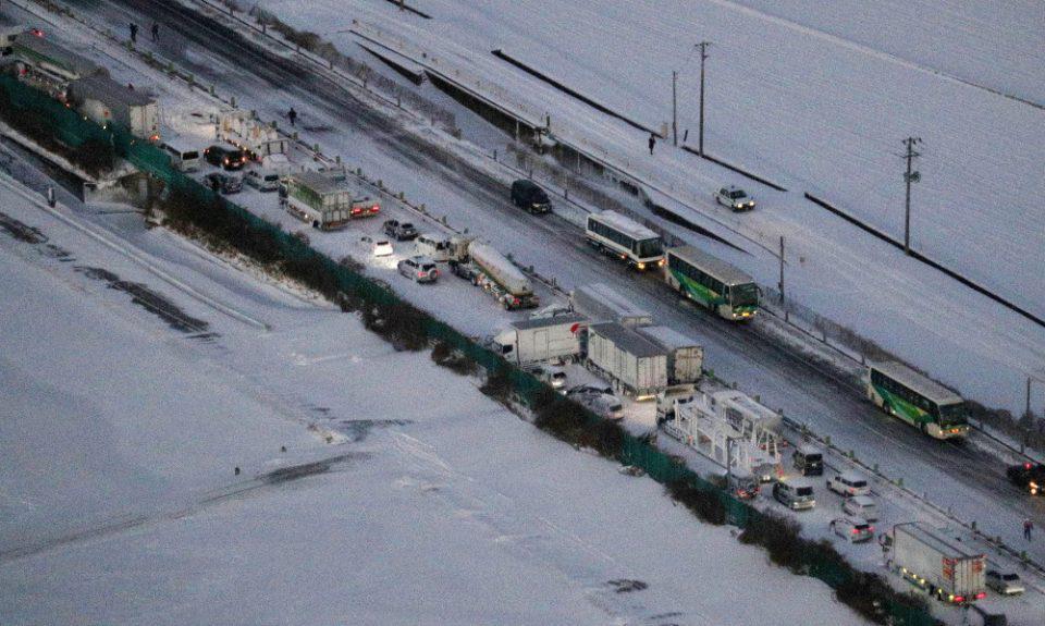 Απίστευτες εικόνες στην Ιαπωνία: Καραμπόλα 130 αυτοκινήτων λόγω του χιονιά