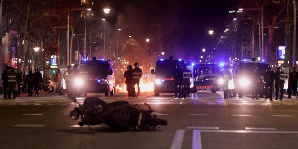 Χάος στους δρόμους της Ισπανίας για τη φυλάκιση του ράπερ Πάμπλο Χασέλ