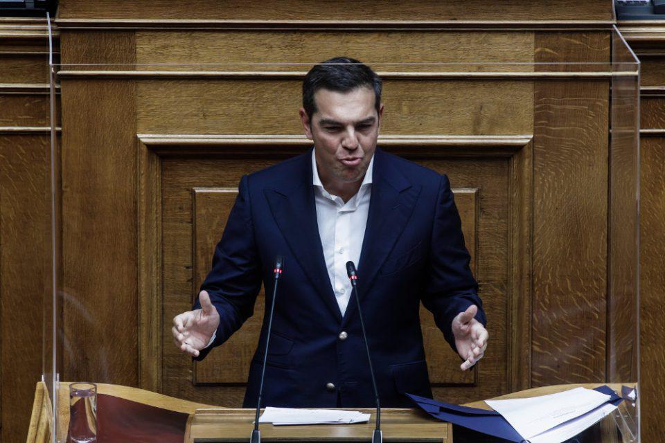 Ο Τσίπρας έσπασε το μικρόφωνο του βήματος της Βουλής και το «χρέωσε» στον Μητσοτάκη