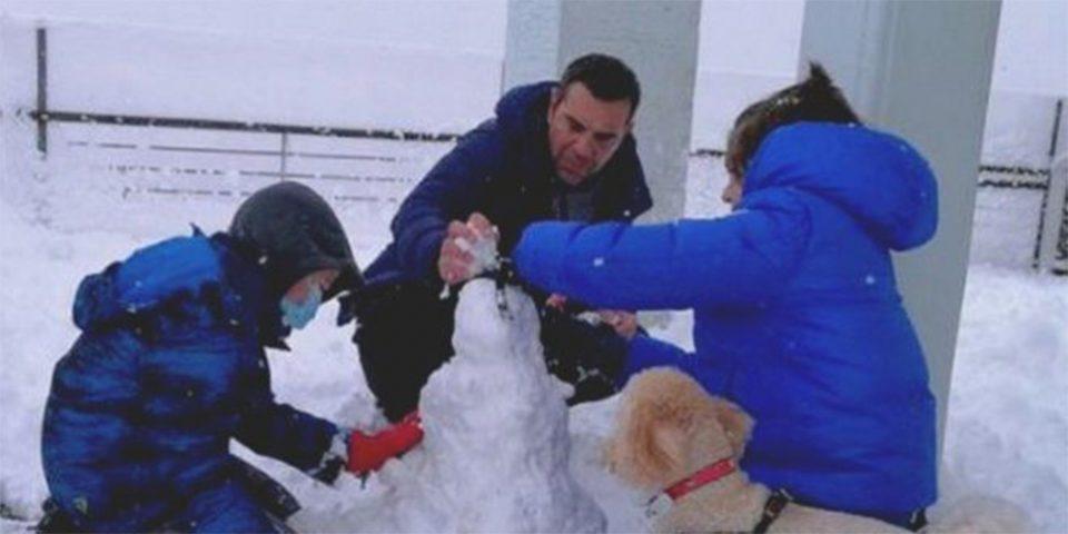 Το ξένοιαστο πρωινό του Αλέξη Τσίπρα: Φτιάχνει χιονάνθρωπο μαζί με τα παιδιά του