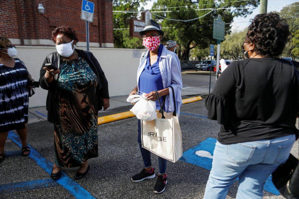 Απίστευτο: Δύο νέες ντύθηκαν γιαγιάδες και πήγαν να εμβολιαστούν