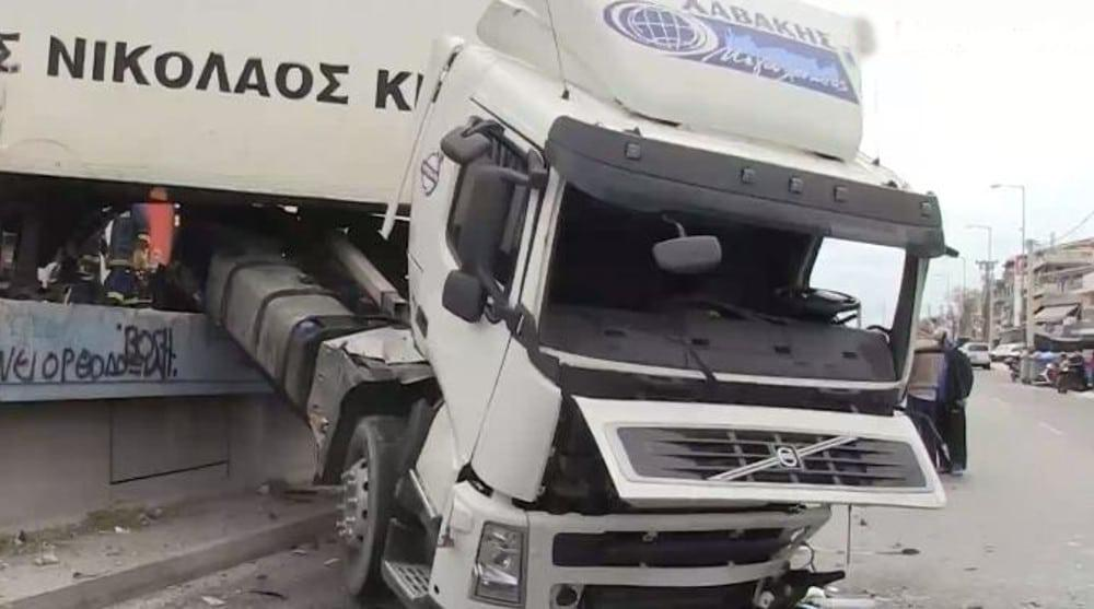 Τροχαίο με φορτηγό στην Κηφισό: Νταλίκα έπεσε στον παράδρομο