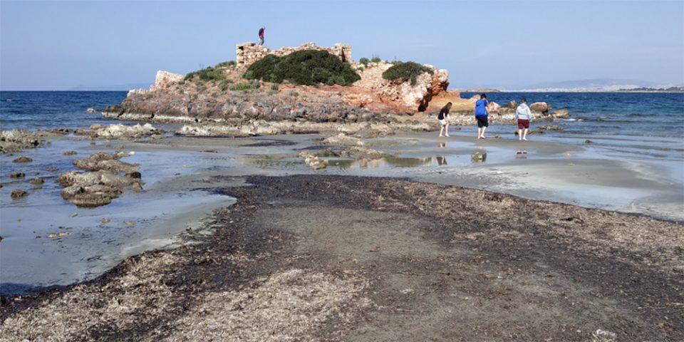 «Εξαφανίστηκε» η θάλασσα στο Καβούρι – Μοναδικές εικόνες από την άμπωτη