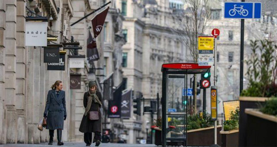 Βρετανία: Ξανανοίγουν καταστήματα, κομμωτήρια και παμπ