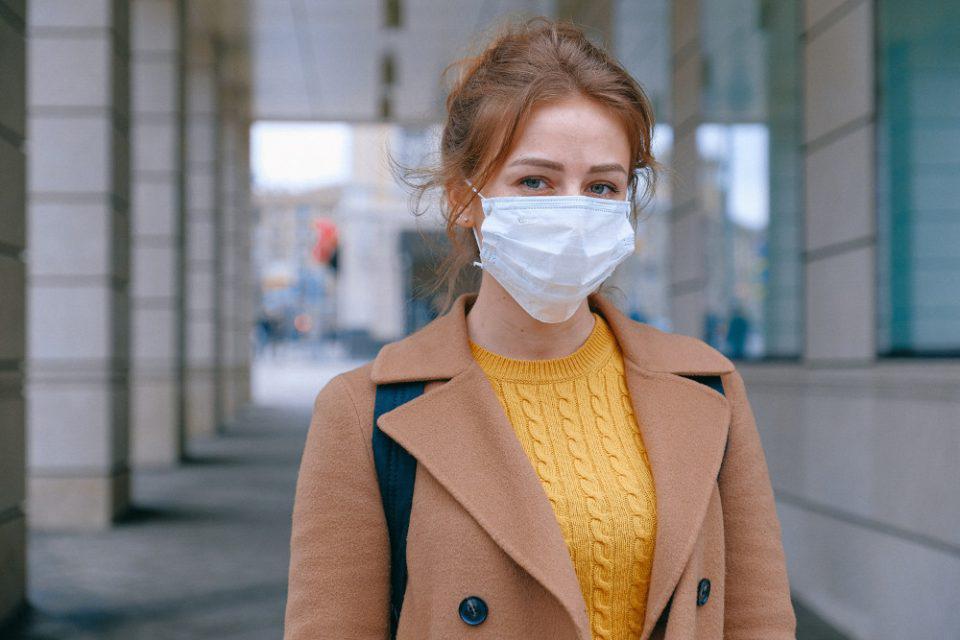 Κορωνοϊός: Γιατί οι Αμερικανοί φοβούνται να βγάλουν τη μάσκα