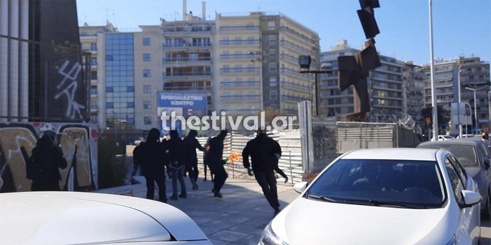 Θεσσαλονίκη: Καρέ - καρέ η επίθεση με βόμβες μολότοφ σε αστυνομικούς μετά την πορεία φοιτητών