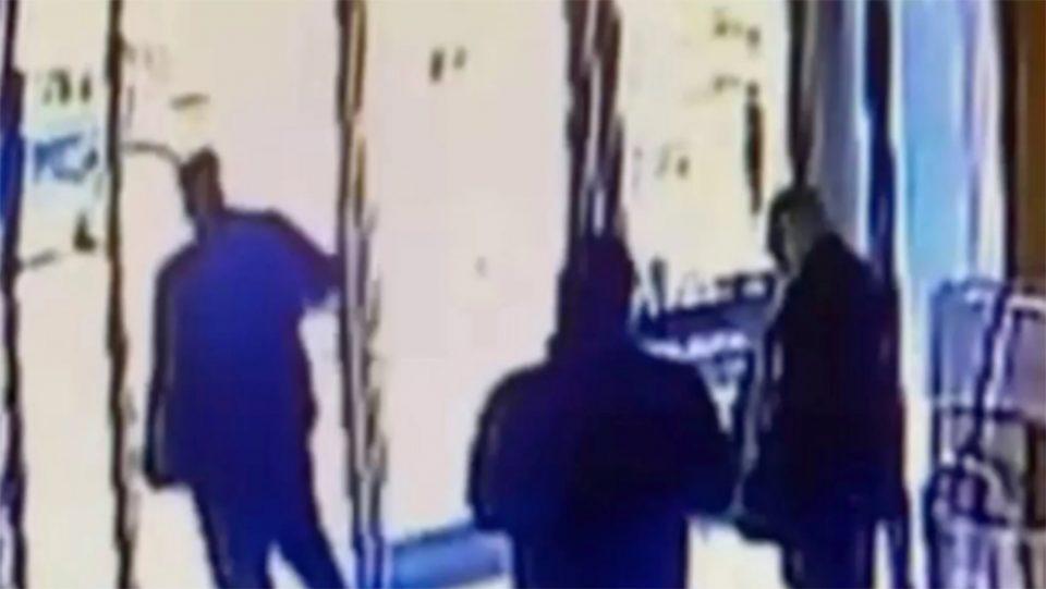 Σοκ στη Νέα Υόρκη: Άνδρας κλοτσά γυναίκα ασιατικής καταγωγής - Βίντεο - ντοκουμέντο