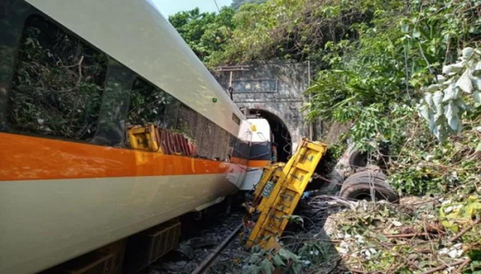 Ταϊβάν: Εκτροχιασμός τρένου με 36 νεκρούς και δεκάδες τραυματίες