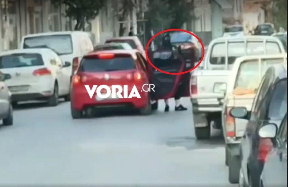 Ληστεία στα ΕΛΤΑ Χαλάστρας: Τσιλιαδόρος-ληστής περίμενε με την καραμπίνα τους συνεργούς του «κόβοντας» την κίνηση!